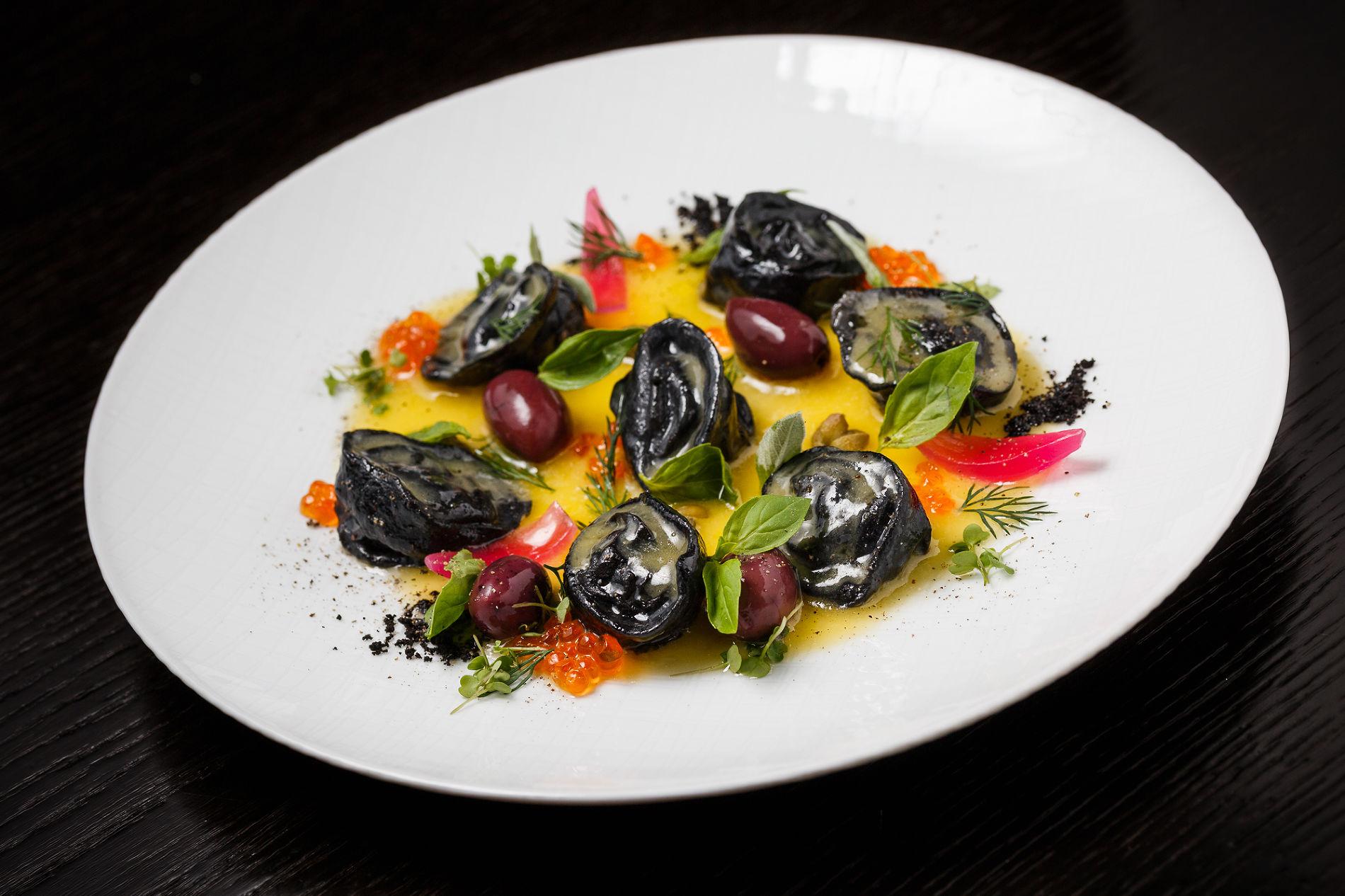 Черные пельмени с лососем и креветкой