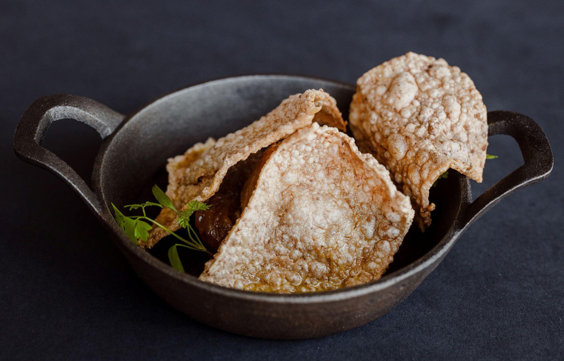 Парфе из куриной печени с чипсами из гречки и мармеладным луком ©Фотография предоставлена заведением
