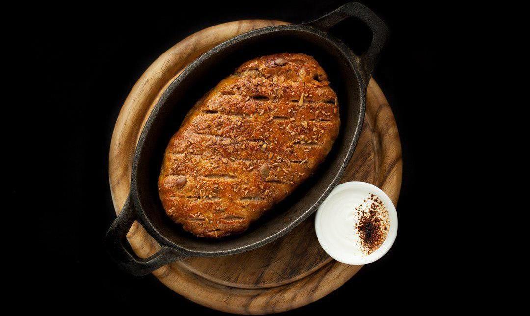 Пирог с говядиной и копченой сметаной
