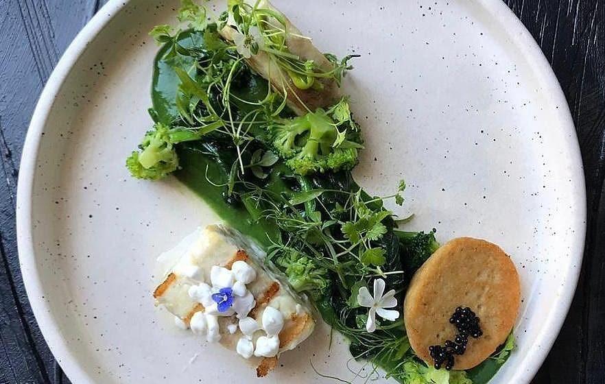 Филе черноморской камбалы, рулет и икра, брокколи и крем из петрушки ©Фото со страницы ресторана «Угли-Угли» в инстаграме, www.instagram.com/ugli_ugli