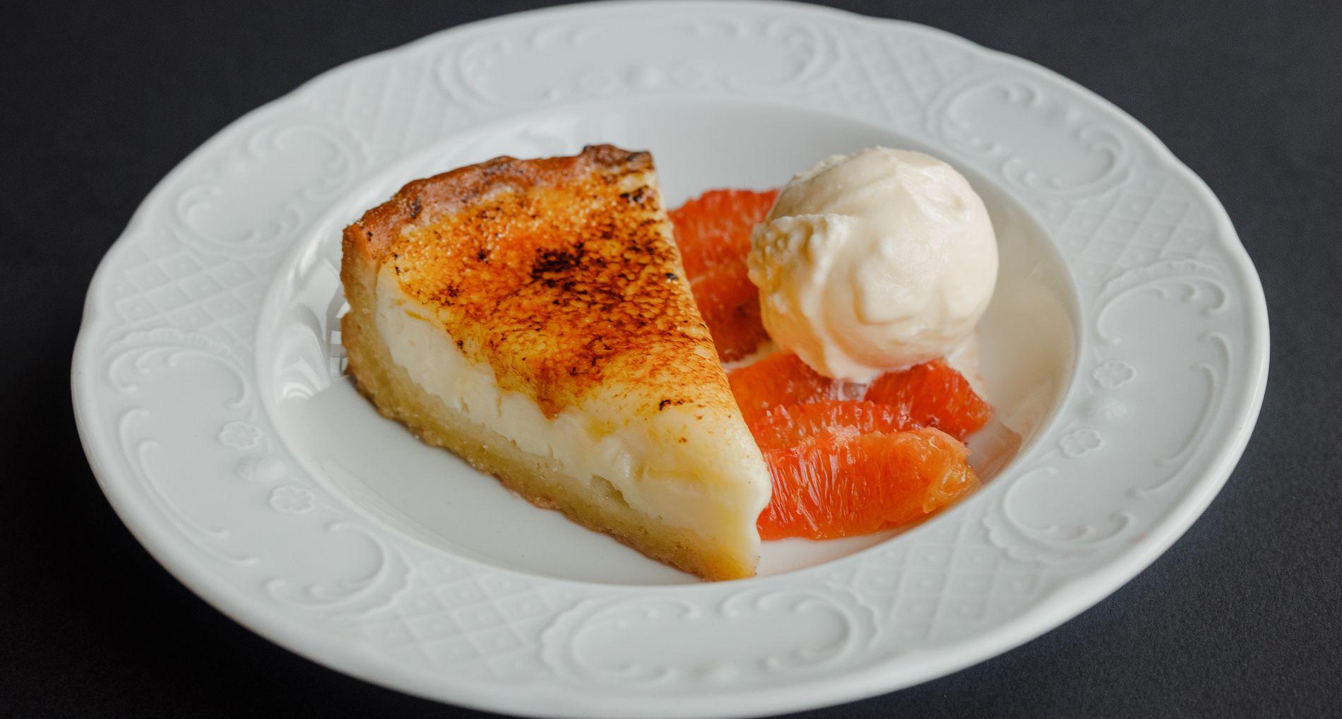 Тарт из домашней сметаны с красными апельсинами и мороженым ©Фотография предоставлена заведением