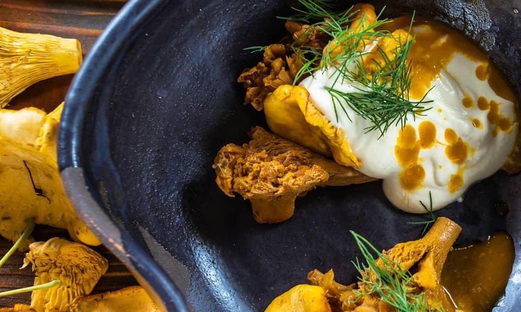 Лисички с муссом из облепихи ©Фото со страницы ресторана «Камелот» в инстаграме www.instagram.com/restoran_camelot