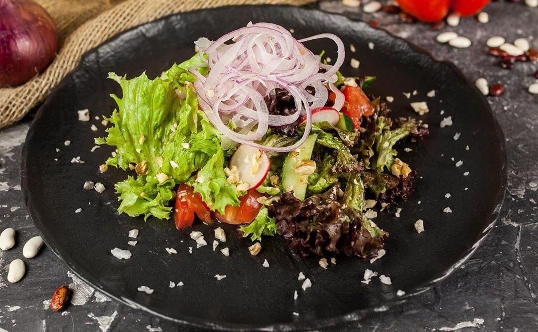 Салат «С грузинским акцентом» ©Фото со страницы ресторана «Хачапури» в инстаграме, www.instagram.com/hachapuri_krasnodar