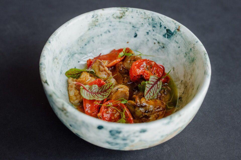 Хе из рапанов с вялеными томатами ©Фотография предоставлена рестораном «Скотина»