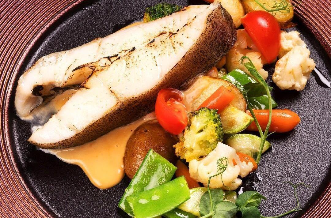 Палтус с весенними овощами и соусом из печеного чеснока ©Фото со страницы «Семья ресторанов Mandarin» в инстаграме, www.instagram.com/mandarinfamilyrest