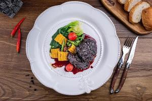 Телячьи щечки с соусом Porto и овощами © Фото со страницы ресторана La Vaca в инстаграме www.instagram.com/lavaca_rest