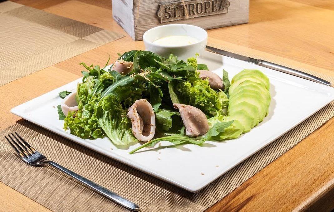 Салат из шпината, рукколы и кальмара