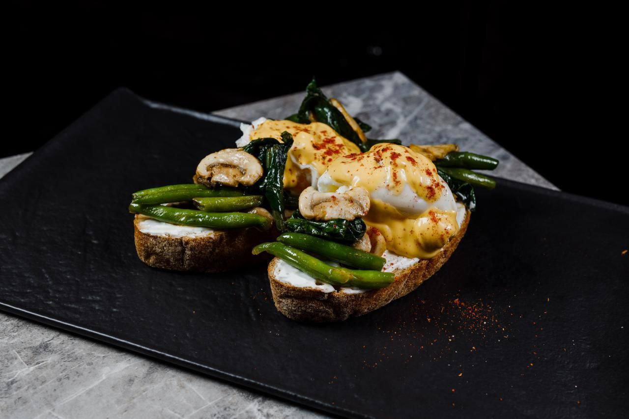 Яйца Бенедикт с грибами, шпинатом и стручковой фасолью ©Фотография предоставлена заведением