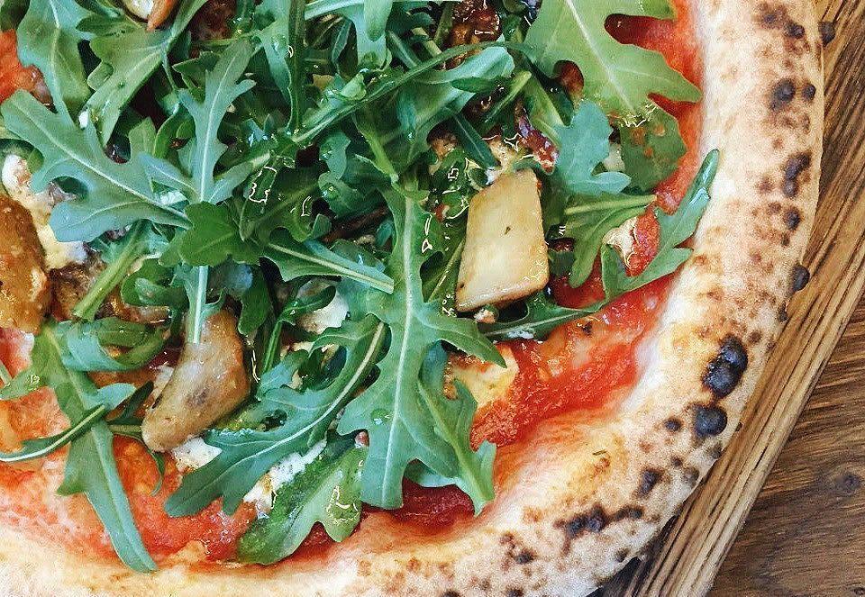 Пицца с белыми грибами, маскарпоне, рукколой и трюфельным маслом ©Фото со страницы пиццерии «23 сантиметра» в инстаграме www.instagram.com/pizza23krd