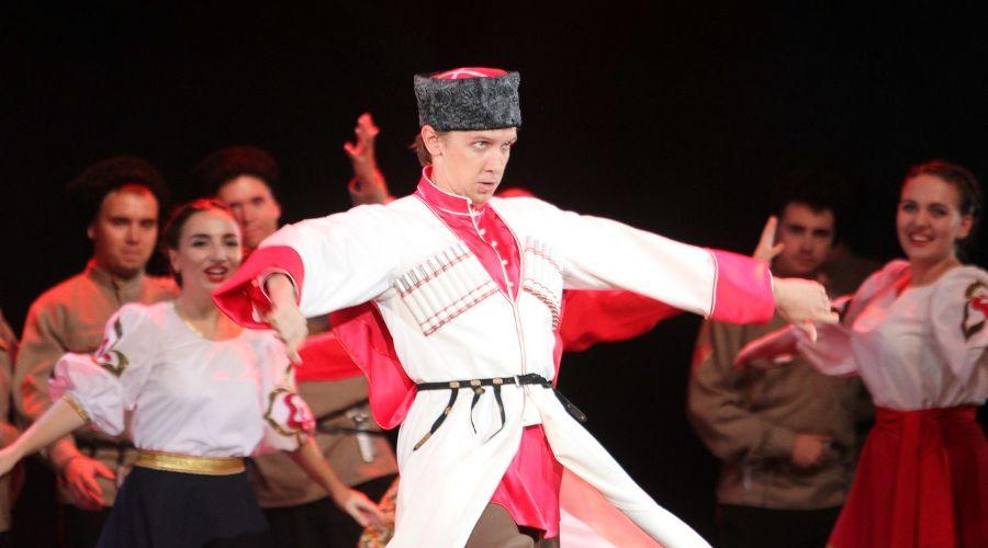 Кадр из спектакля «Кубанские казаки» © Фото Николая Хижняка