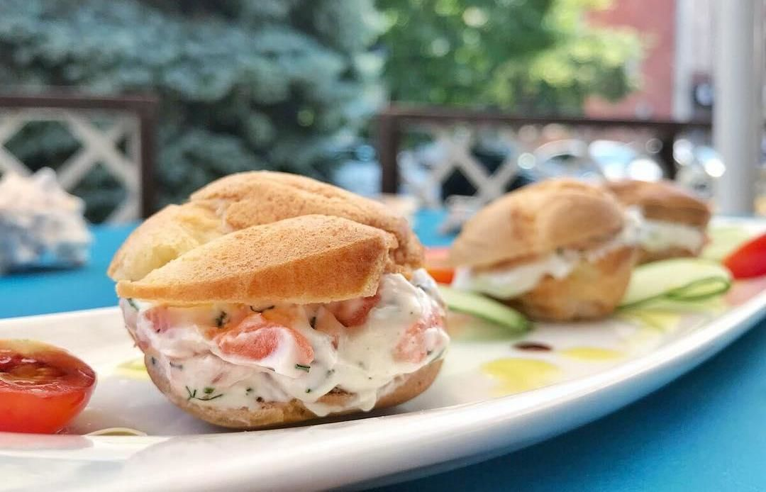 Эклеры с лососем и сырным кремом ©Фото со страницы VinSent Cafe в инстаграме www.instagram.com/vinsent_cafe