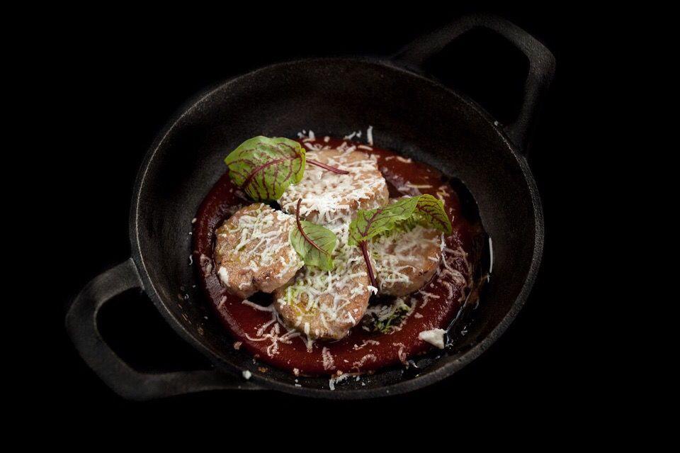 Бычьи яйца с вареньем из томатов и овечьим сыром ©Фотография предоставлена рестораном «Скотина»