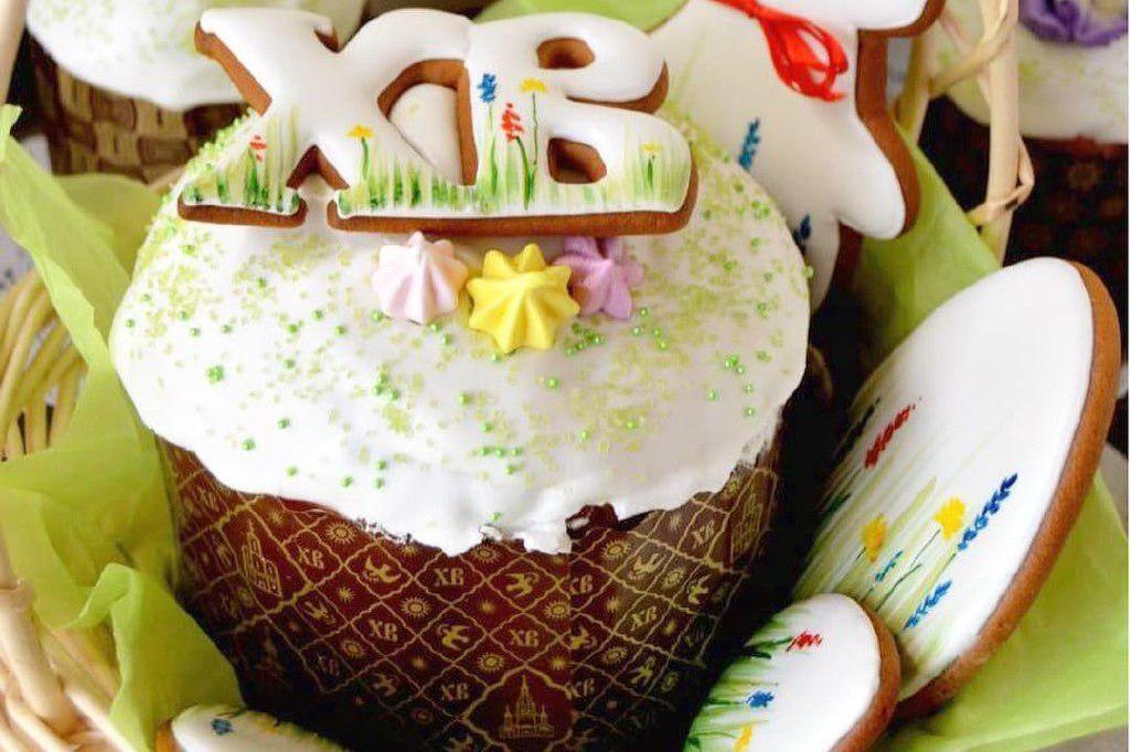 Кулич ©Фото со страницы кондитерской «Настины сласти» в инстаграме, www.instagram.com/bulgakovatorti