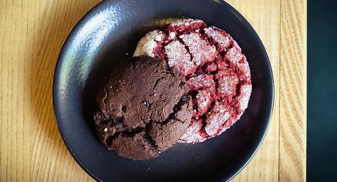 Печенье «Красный бархат» и шоколадный брауни ©Фото со страницы кофейни Bush в инстаграме www.instagram.com/bush_krd