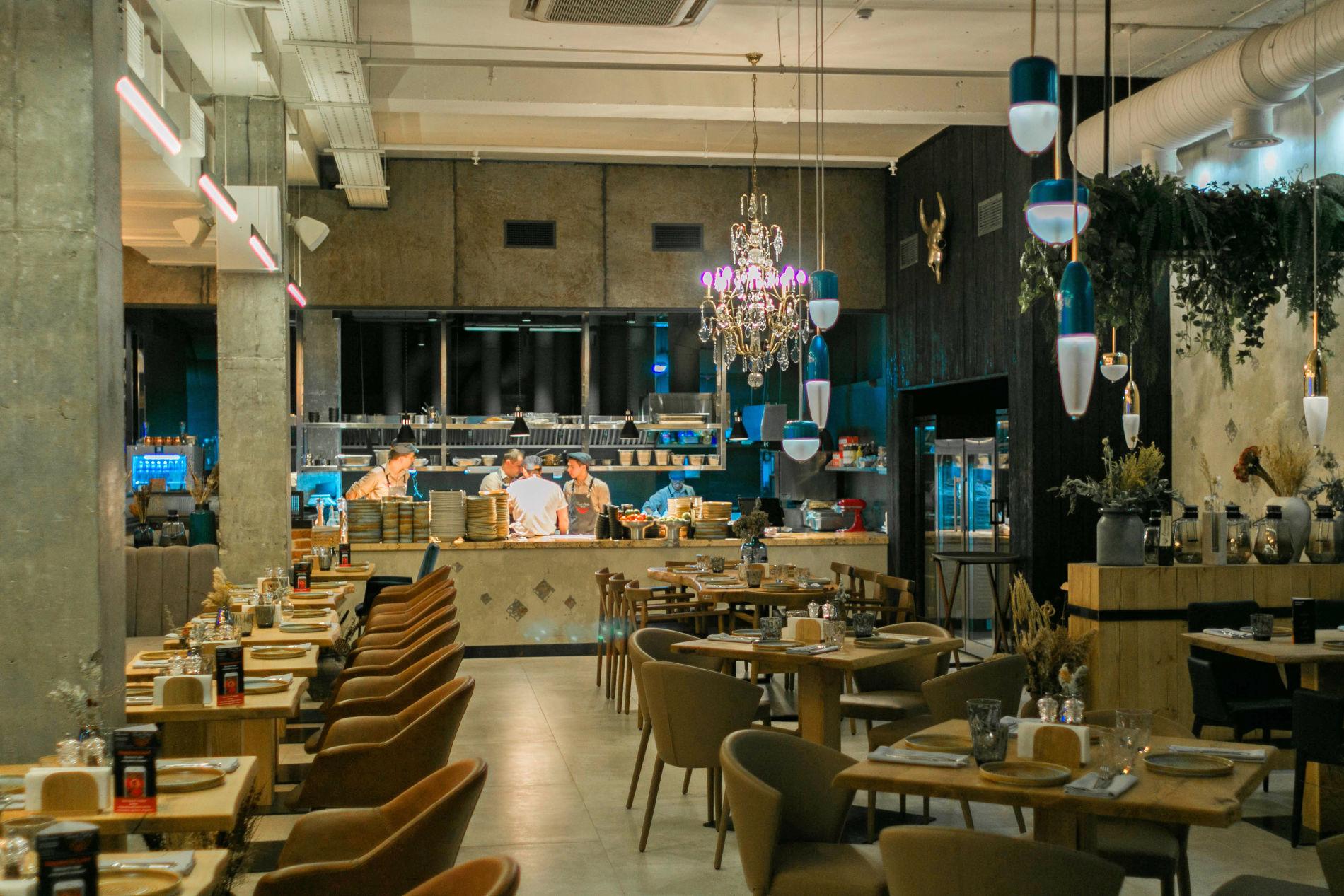 Вид на открытую кухню из зала ресторана ©Фото ресторана «Голый повар»