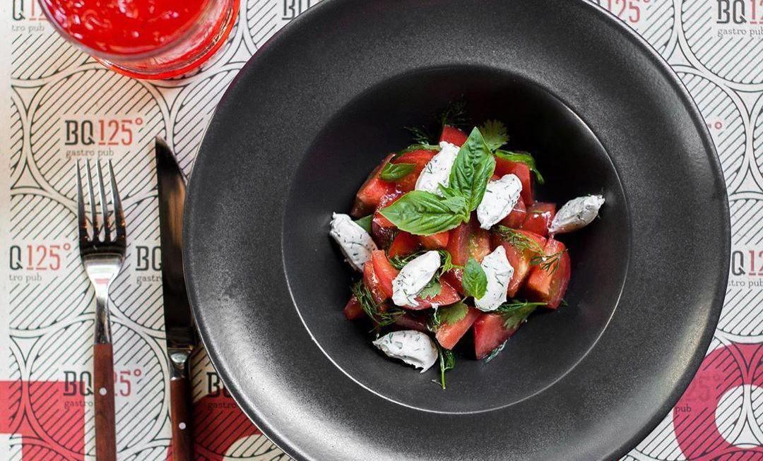 Салат из розовых томатов с мягким сыром ©Фото со страницы бара BQ125 в инстаграме, www.instagram.com/bq125.krd