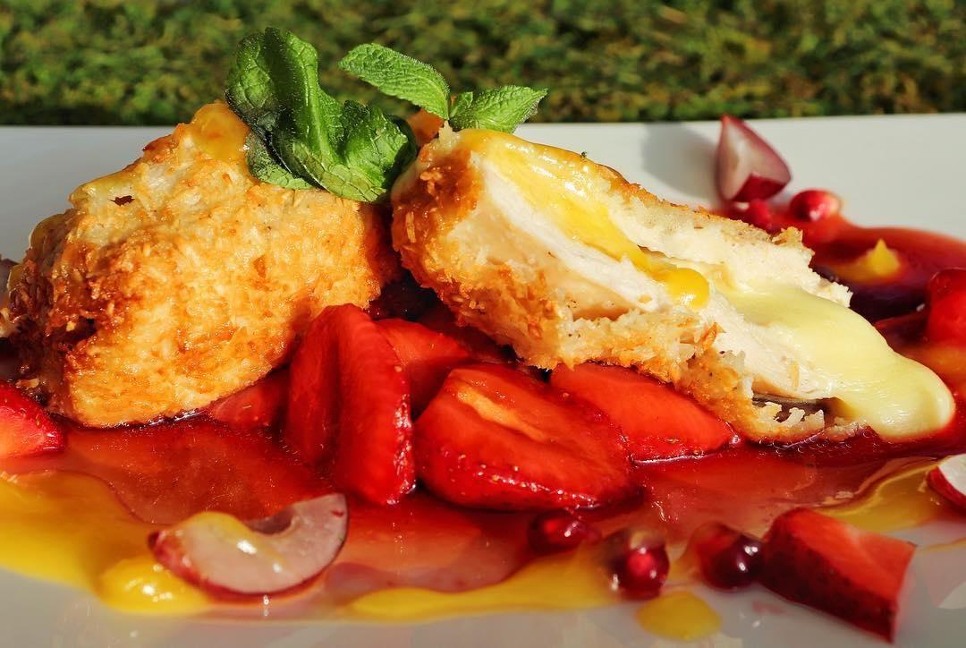 Куриное филе в кокосовой стружке с клубничным чатни ©Фото со страницы VinSent Cafe в инстаграме