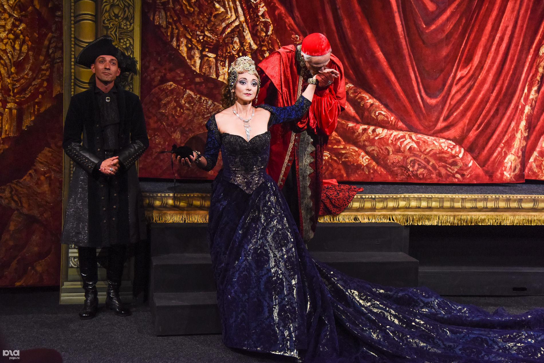 Cпектакль «Миледи» в Молодежном театре ©Фото Елены Синеок, Юга.ру