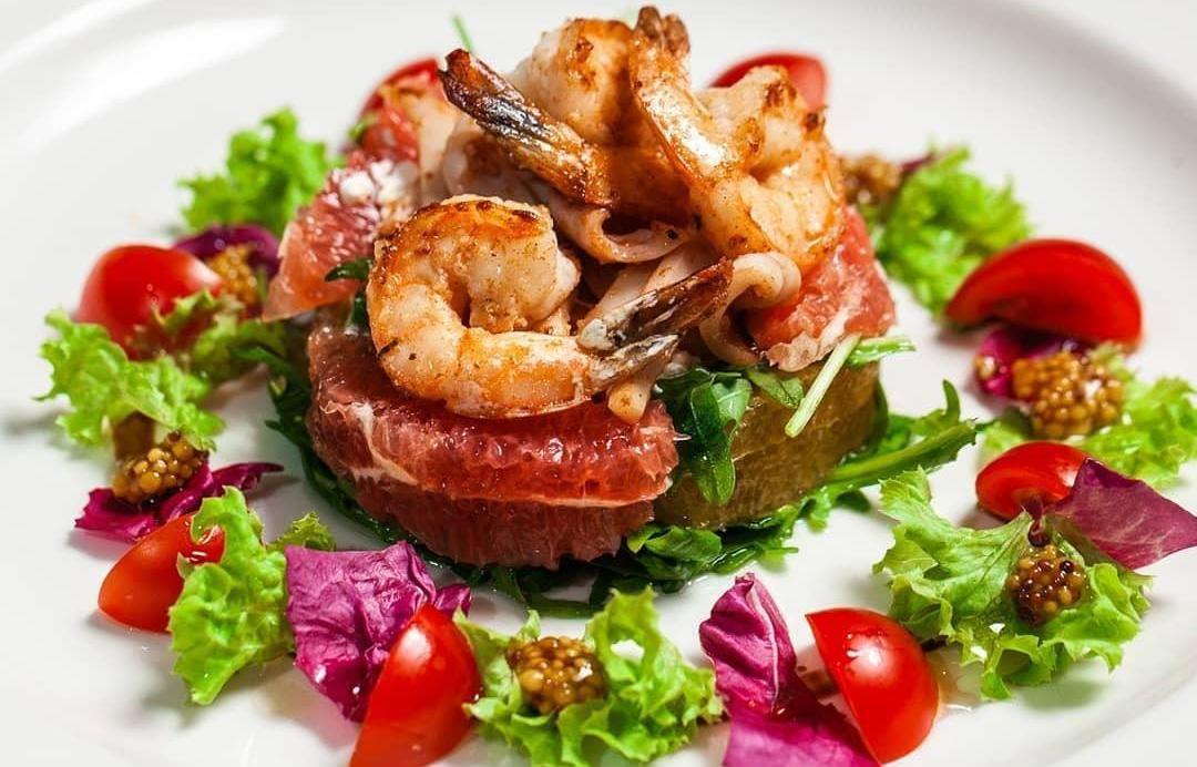 Салат с цитрусами и тигровыми креветками ©Фото со страницы ресторана «Шерлок Холмс» в инстаграме, www.instagram.com/holmes_pub