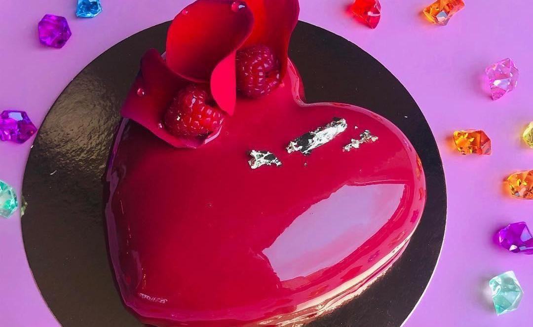 Десерт «Шелковое сердце» ©Фото со страницы кофейни «Дочь кондитера» в инстаграме www.instagram.com/pastrydaughter