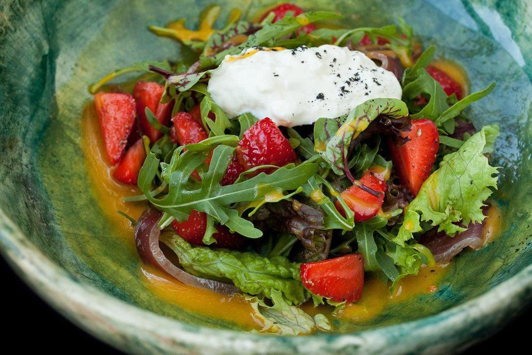 Салат с вяленой утиной грудкой ©Фото со страницы ресторана «Скотина» в инстаграме www.instagram.com/scotina_krd