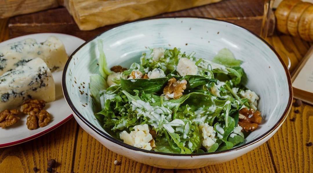 Салат из свежей зелени с сыром с голубой плесенью, грецкими орехами и медом ©Фото со страницы ресторана «Веники-Вареники» в инстаграме www.instagram.com/venikivareniki