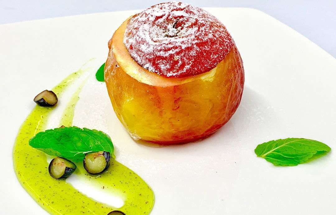 Запеченное яблоко с орехами и клюквой ©Фото со страницы кафе «Шарлотка» в инстаграме www.instagram.com/sharlotkacafe_krasnodar