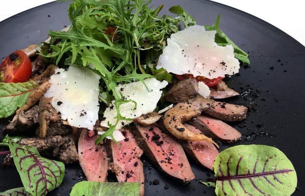 Салат с печенью индейки, мятным песто, грибами и ягодным соусом