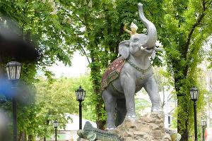 Скульптура «Индийский мальчик со слоном и крокодилами» © Фото Юга.ру