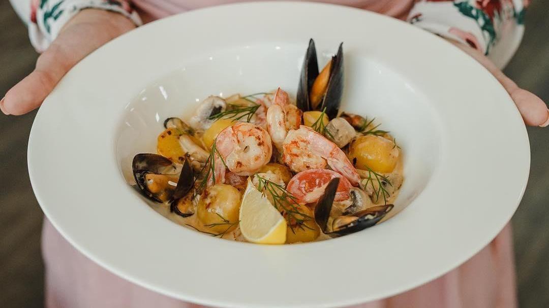 Жаркое из мидий, креветок, кальмара в сочетании с обжаренными овощами в сливочном соусе