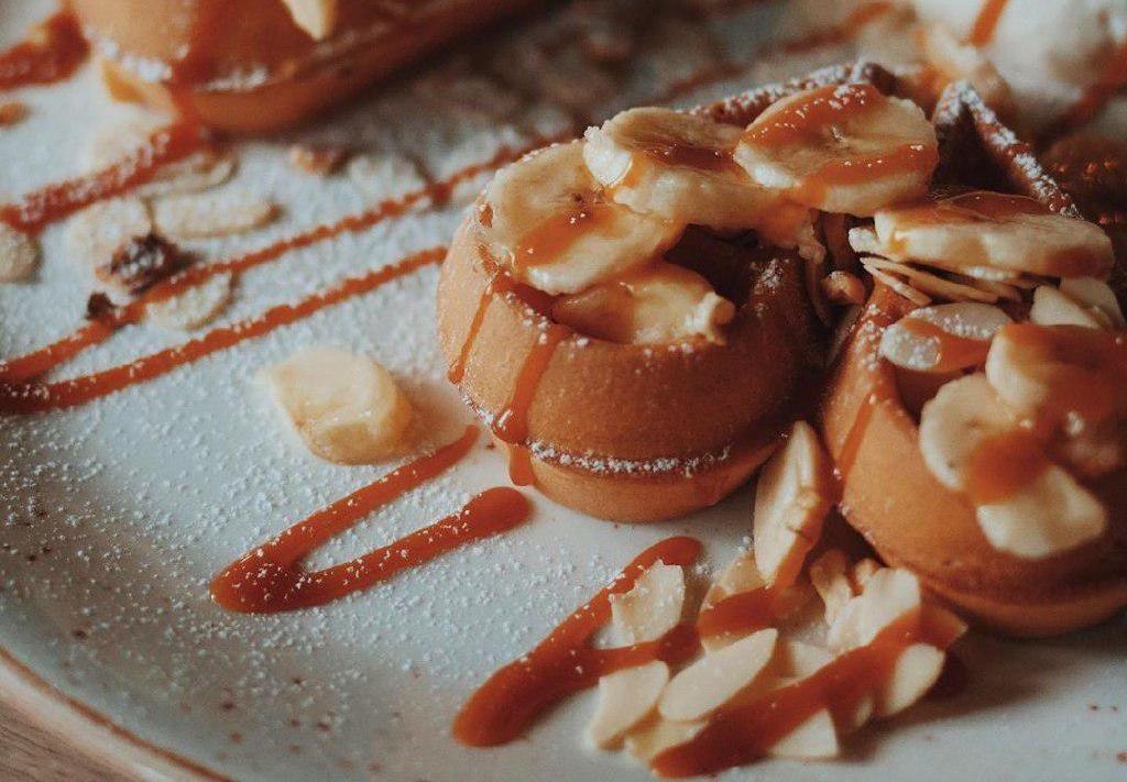 Мягкие вафли с бананом, орехами и карамельным соусом ©Фото со страницы Red mango в инстаграме www.instagram.com/redmango_krasnodar
