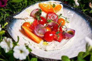 Салат из ассорти томатов, лука сю-вид и копченого фермерского творога © Фото со страницы ресторана «Макароны» в инстаграме, www.instagram.com/macaroni.restaurant