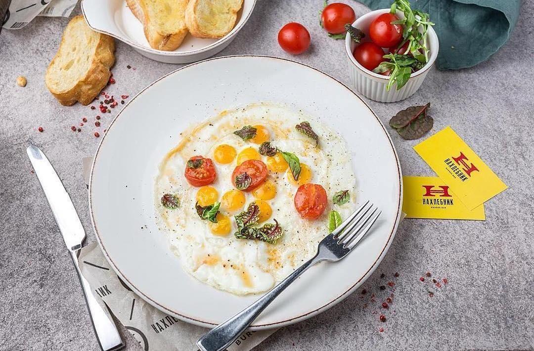 Яичница из перепелиных яиц ©Фото со страницы бургер-бара «Нахлебник» в инстаграме www.instagram.com/nahlebnik_bar