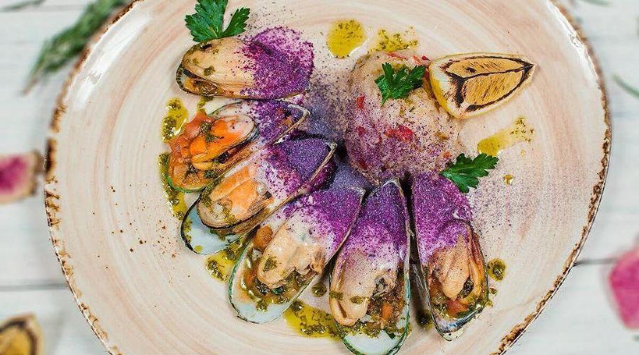 Мидии на овощной подложке с пряным рисом под сырным соусом © Фото со страницы ресторана «Сельпо» в инстаграме www.instagram.com/selpo_rest
