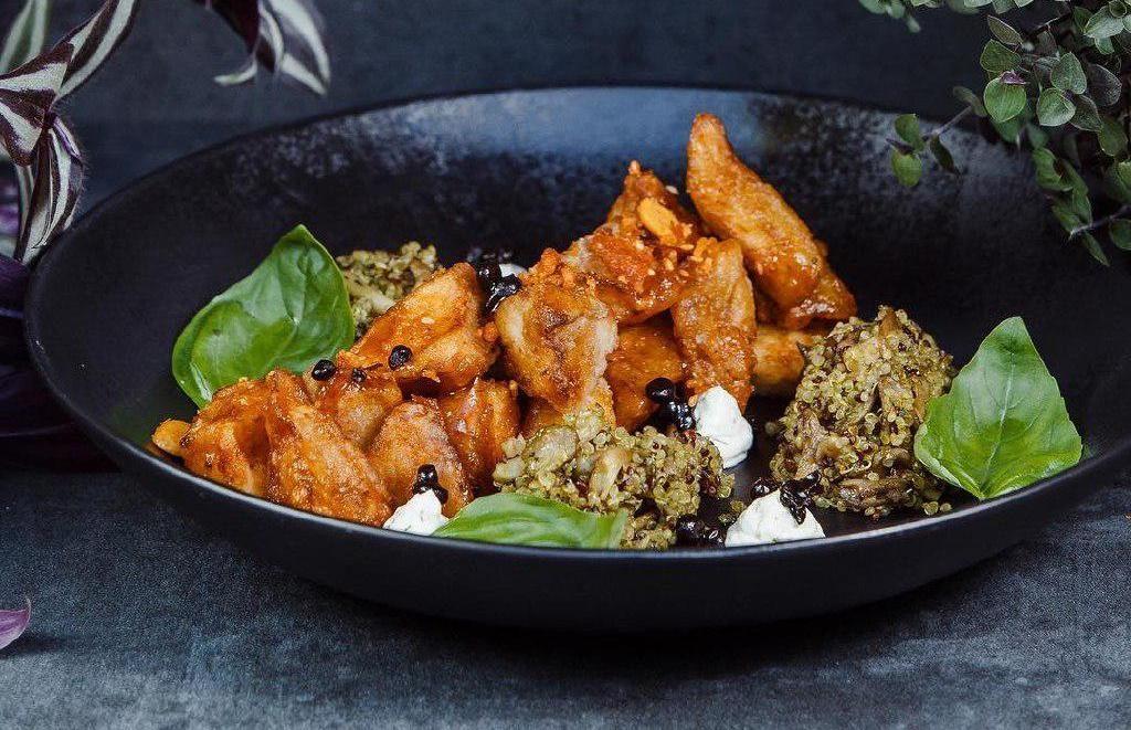 Баклажаны wok с устричными грибами и икрой из черного чеснока