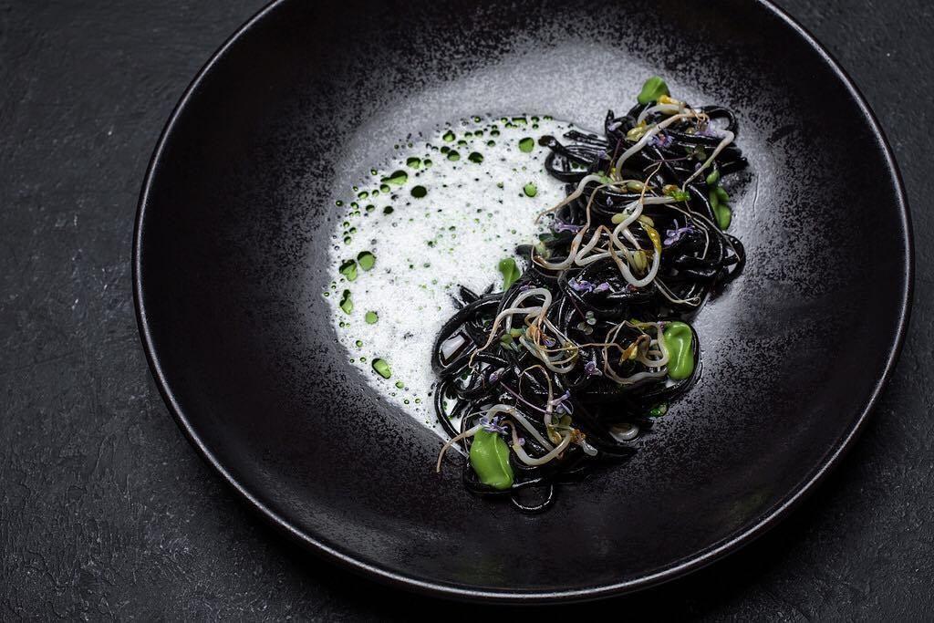 Черная домашняя лапша с ростками маш, кремом из савойской капусты и миндальным молоком