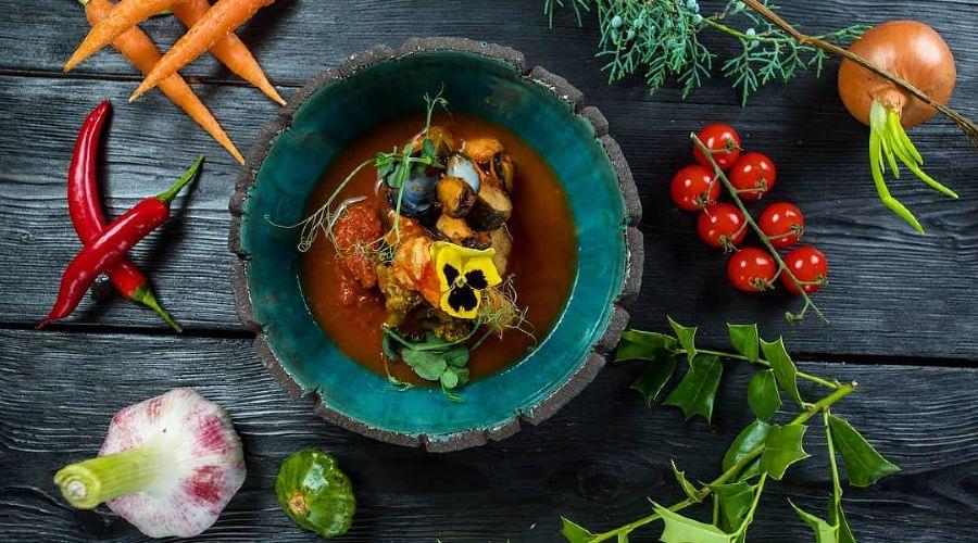 Буйабес на спелых томатах с тремя видами бульона © Фото со страницы ресторана «Камелот» в инстаграме www.instagram.com/restoran_camelot