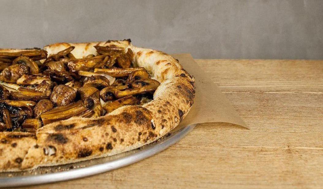 Пицца  с соевой спаржей, терияки, кимчи и двумя видами грибов