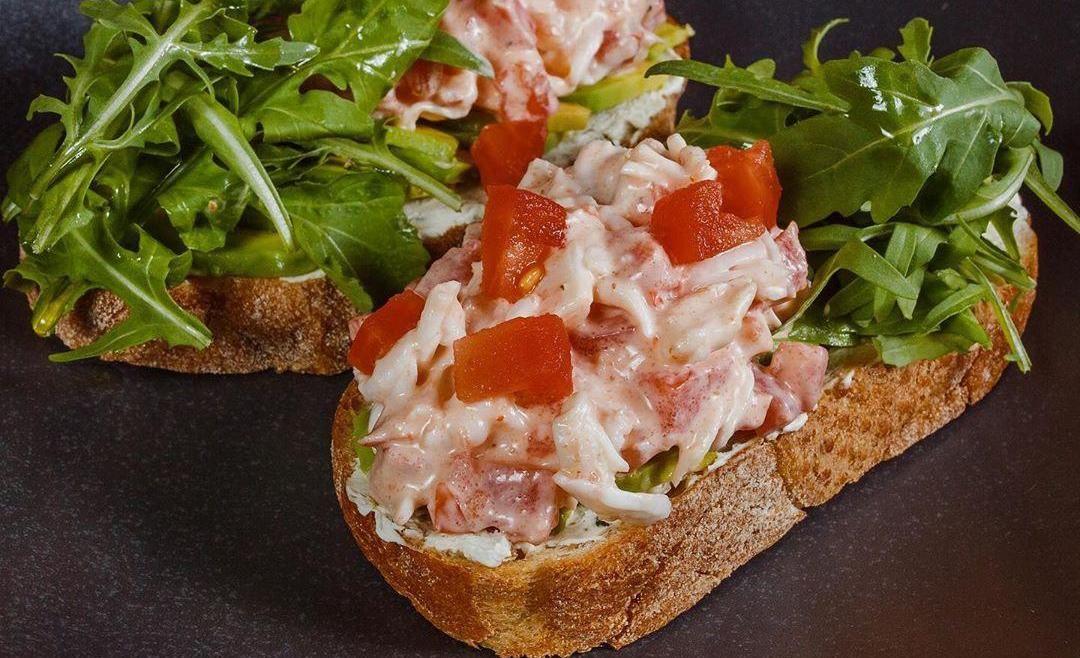 Брускетта с мясом краба и авокадо ©Фото со страницы ресторана «Коралловые бусы» в инстаграме www.instagram.com/korallovie_busi