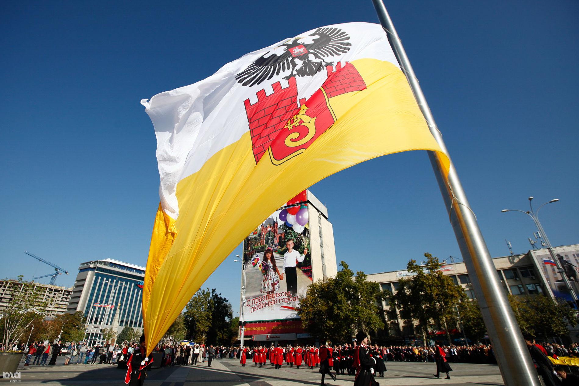 День города в Краснодаре: Церемония поднятия флага ©Фото Елены Синеок, Юга.ру