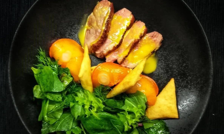 Салат с утиным филе, кремом из манго с курагой и хурмой, конвертами с сыром и свежей зеленью