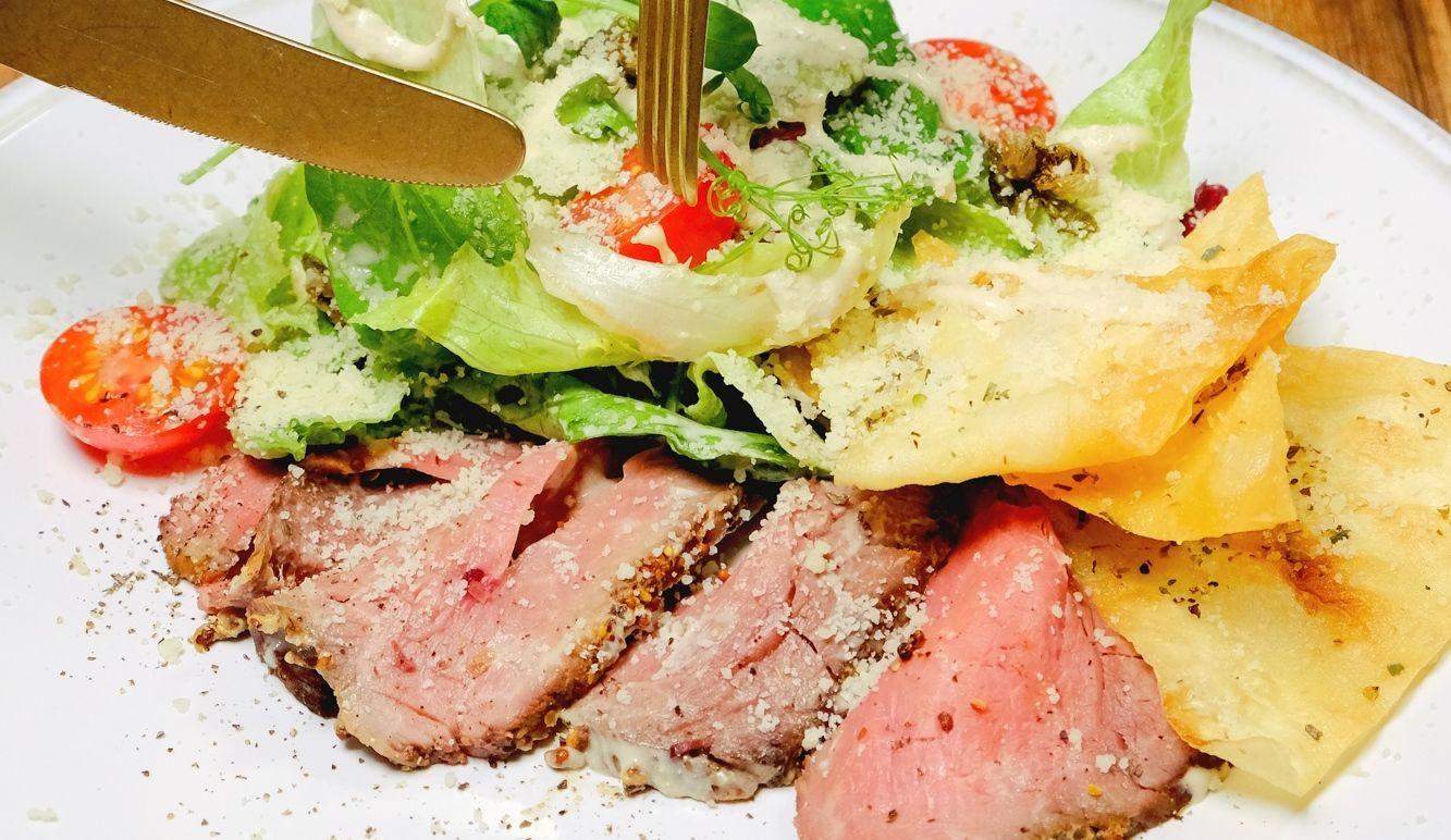 Салат с ростбифом и обожженным болгарским перцем под соусом вителло тоннато