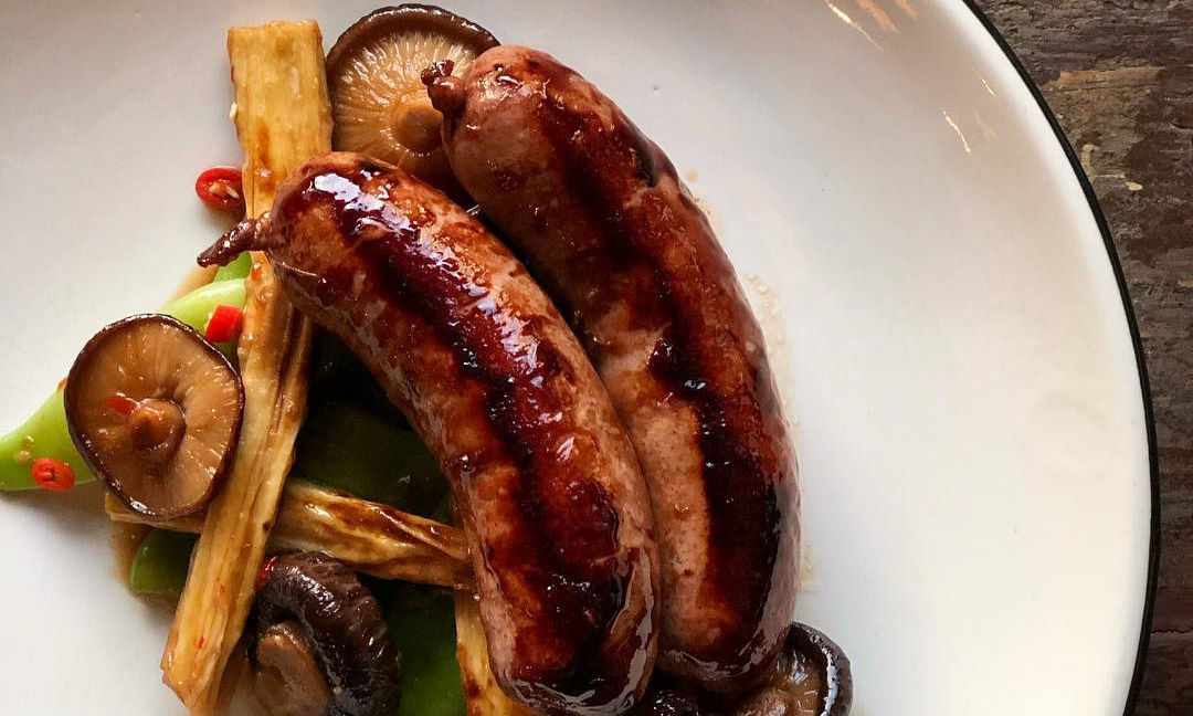 Пряные колбасы из говядины с грибами шиитаке и спаржей фучжу