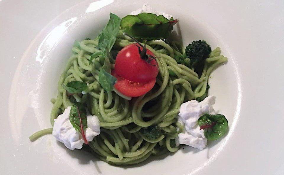 Спагетти с брокколи и кремом из зеленого горошка ©Фото со страницы кафе «Итальяшка» в инстаграме, www.instagram.com/italyashka_bar