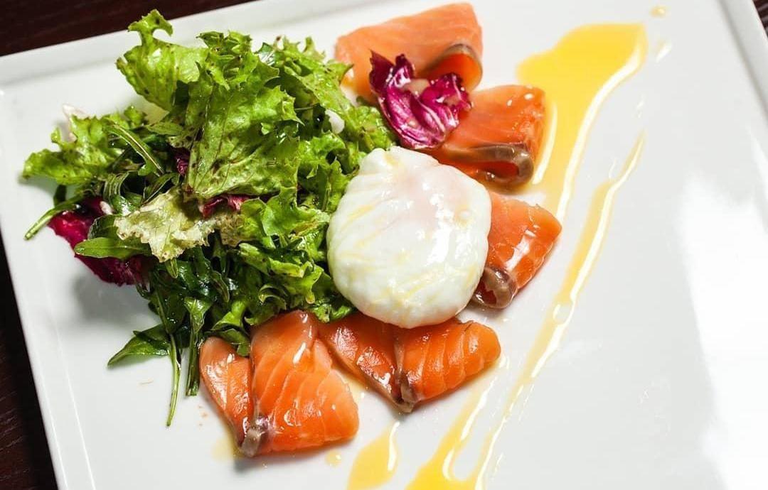 Салат с семгой и яйцом пашот ©Фото со страницы ресторана «Шерлок Холмс» в инстаграме, www.instagram.com/holmes_pub