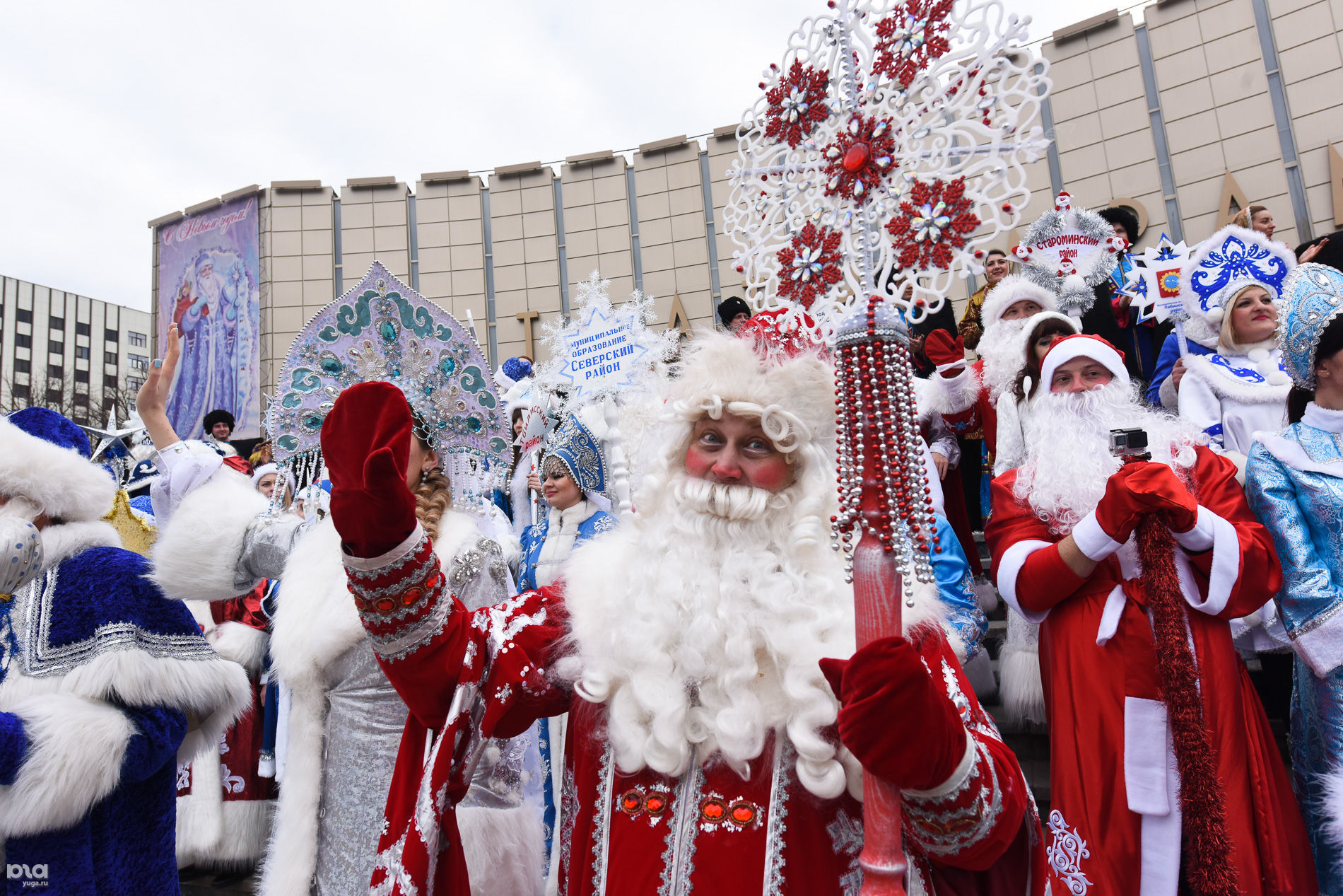 Парад Дедов Морозов в Краснодаре ©Фото Елены Синеок, Юга.ру