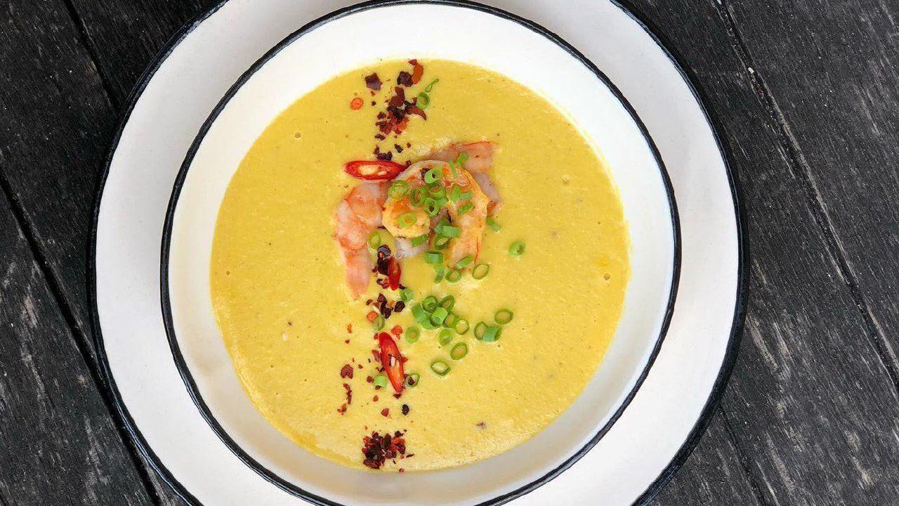 Холодный крем-суп из молодой кукурузы с креветкой ©Фото со страницы Мr. Drunке Ваr в инстаграме, www.instagram.com/mr_drunkebar