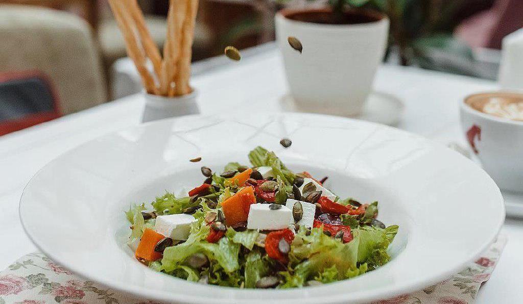 Салат из хрустящих овощей, зелени и запеченной тыквы