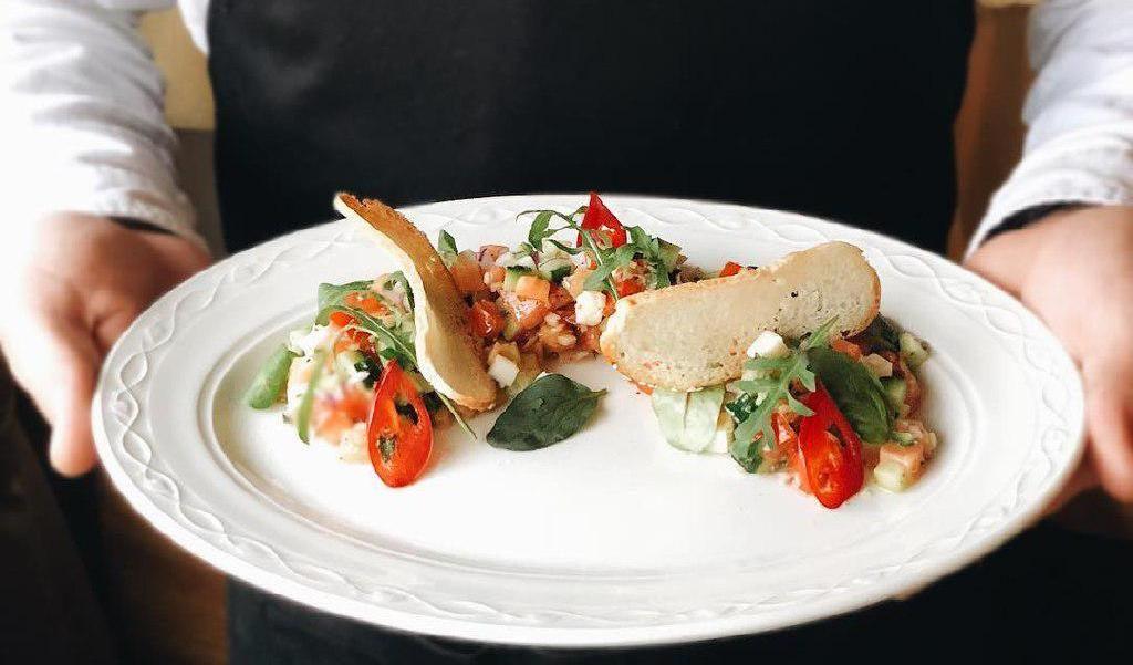 Салат с семгой и песто