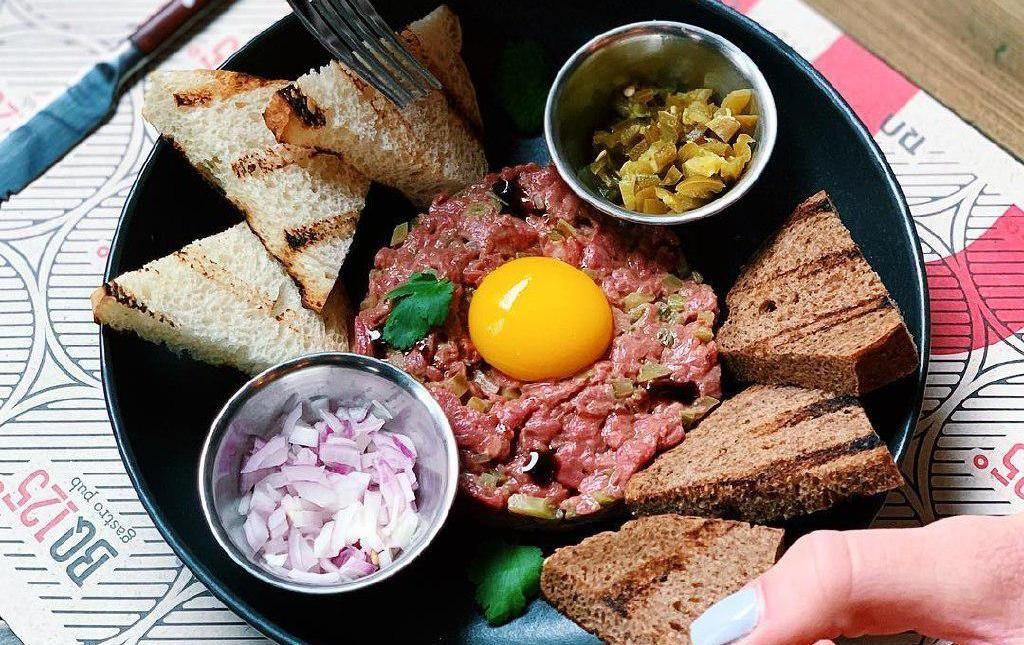 Тартар из говядины ©Фото со страницы гастропаба BQ125 в инстаграме www.instagram.com/bq125.krd